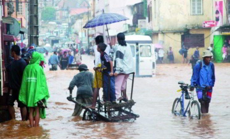 Alerta maxima in Madagascar: apropierea vijelioasa a 2 cicloane de Marea Insula