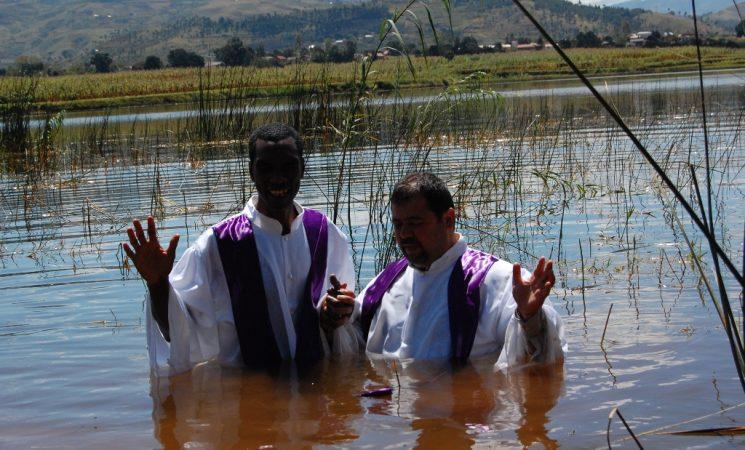 Botez in apa in lacul Rano-Be- sarbatoare a Bisericii din Ambatomainty