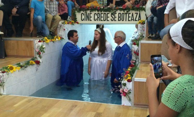 Slujind în Banat - Botez în apă în Biserica Filadelfia din Sânnicolau Mare