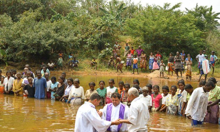 Rod bogat în Ambohimana - 90 de persoane botezate în apă